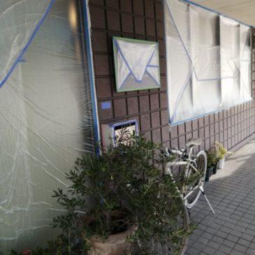 建物の外壁工事してます